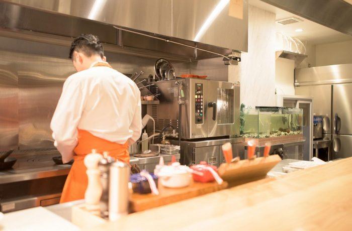 活魚水槽の設置事例|北海道産厳選食材を収容する札幌のカウンターフレンチ