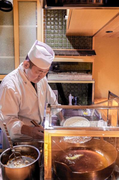 活魚水槽の車海老を天ぷらにする職人さん